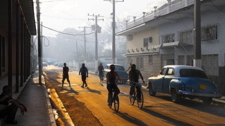 Wie am Set eines Films, der vor etlichen Jahrzehnten spielt: Straße in Morón.