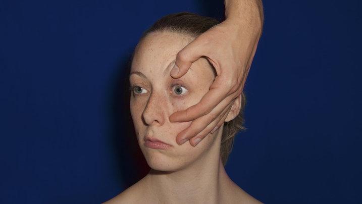 Frau mit geöffnetem Auge