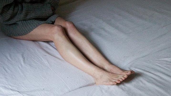 Eine Frau sitzt im Bett