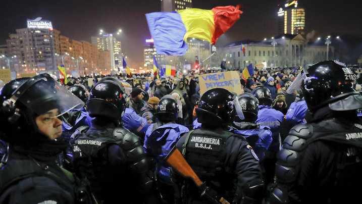 Polizei und Demonstranten in Bukarest