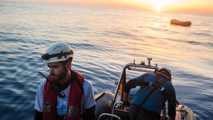 """Aktivisten des Vereins """"Sea Watch"""" auf einem Boot im Mittelmeer"""