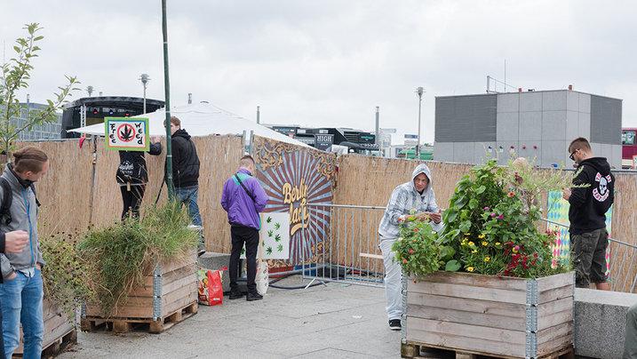 Teilnehmer der Hanfparade bauen, mehr oder weniger diskret, Joints am Rand der Veranstaltung