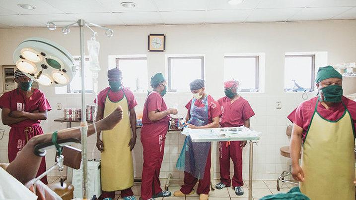 """Dr. Justin und sein Team im """"HEAL AFRICA"""" Krankenhaus"""