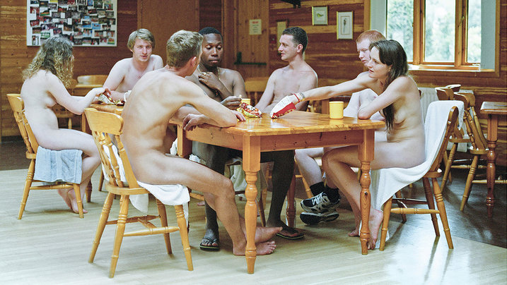 Junge Nudisten beim Essen; Foto: Laura Pannack
