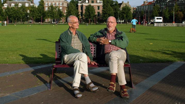 Männer im Partnerlook auf Parkbank; Foto: Jan-Dirk van der Burg