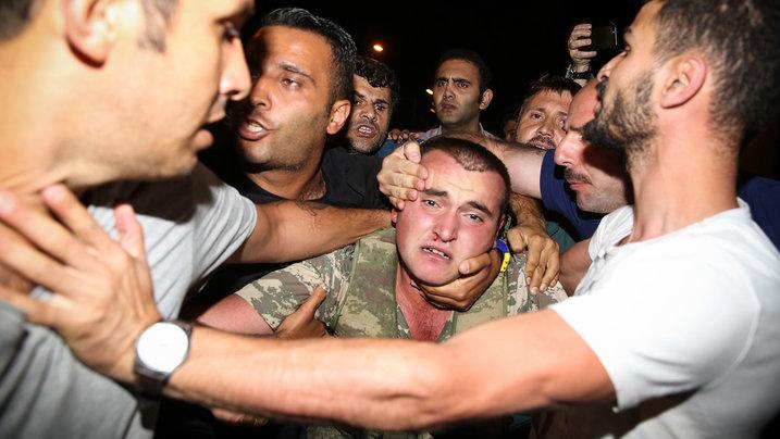 Türkische Männer kämpfen mit Soldaten um Militärputsch zu verhindern