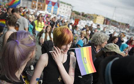 Junge Frauen auf den Färöer-Inseln protestieren für die Gleichberechtigung von Lesben und Schwulen