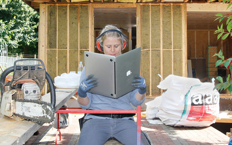 Frau liest in einem macBook wie in einem Buch