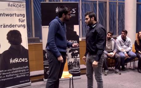 """Zwei junge Männer des Projekt """"Heroes"""" beim Rollenspiel gegen Unterdrückung"""