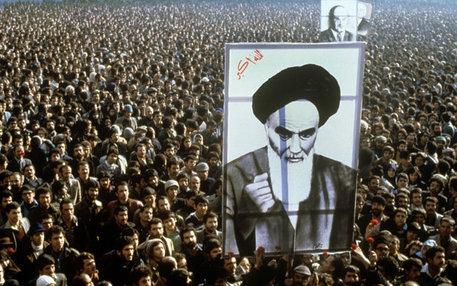 Demonstranten in Teheran fordern die Rückkehr Ayatollah Khomeinis aus dem Exil