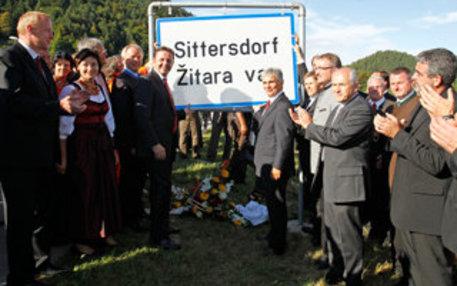 August 2011: Sogar der österreichische Kanzler kommt zur Montage der Ortstafel in Sittersdorf / Zitara vas