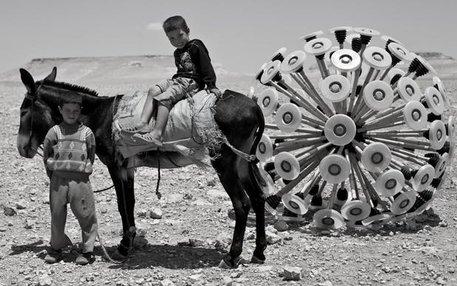 Es sieht ein bisschen aus wie der Kopf einer überdimensionierten Pusteblume, das Gerät, mit dem Massoud Hassani die Welt von Landminen befreien will. Wie grausam diese sind, weiß kaum jemand besser als er. Er wuchs in Afghanistan auf, wo der 1978 begonnen