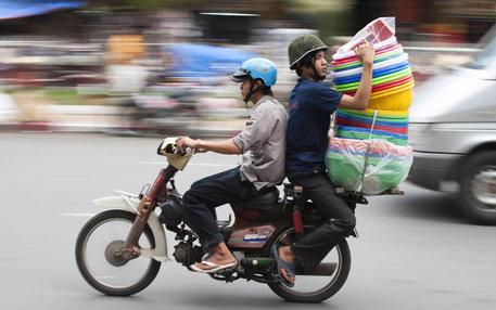 Zwei Vietnamesen auf einem Motorrad