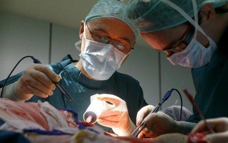 Es ist nicht der Grund für ihren Namen. Aber wenn in der Plastischen Chirurgie operiert wird, ist oft Plastik im Spiel