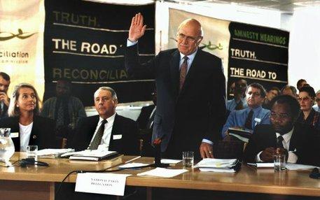 Stunde der Wahrheit: Am 14. Mai 1997 wird der ehemalige südafrikanische Präsident Frederik de Klerk in Kapstadt vor seiner Befragung vereidigt