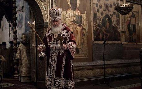 Anders als in der katholischen oder auch protestantischen Kirche sehen auch die Geistlichen aus. Außerdem gibt es in der orthodoxen Kirche Unmengen von Ikonen – Abbildungen von Heiligen