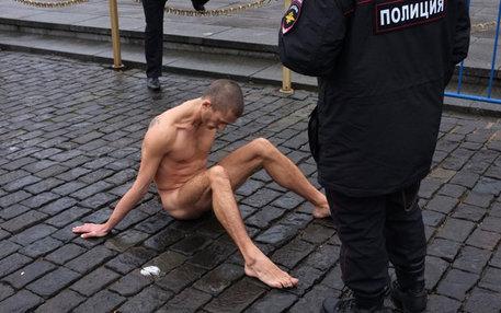 Russischer Performance-Künstler sitzt nackt auf der Straße