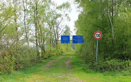 Autobahn im Wald
