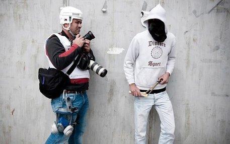 Pressefotograf und Straßenkämpfer – mancherorts ein eingespieltes Team