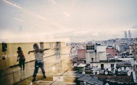 Menschen über und unter den Dächern: Über 14 Millionen Menschen leben in Istanbul offiziell. In den vergangenen Monaten sind viele Flüchtlinge hinzu gekommen