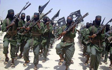 Terrorgruppe: Al-Shabaab-Milizionäre marschieren 2011 in einem Vorort der somalischen Hauptstadt Mogadischu auf.