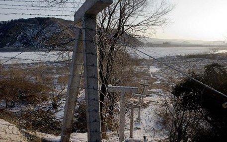 Eine Grenze, doch für Lucia Jang keine unüberwindbare: Der Tumin-Fluss von China aus betrachtet