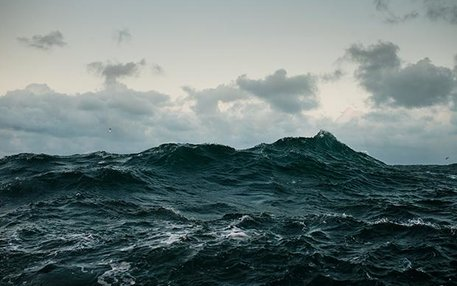 Überall das Gleiche: Das Meer kommt. Die Wellen stürzen auf unsere Deiche, tragen Dünen und Sandbänke ab