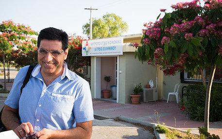 Der Kardiologe Giorgos Vichas hat das früh erkannt und bereits Ende 2011 die Sozialpraxis Elliniko ins Leben gerufen. Heute arbeiten hier 280 Ärzte und Helfer auf Freiwilligenbasis, mehr als 50.000 Patienten wurden seit der Gründung betreut
