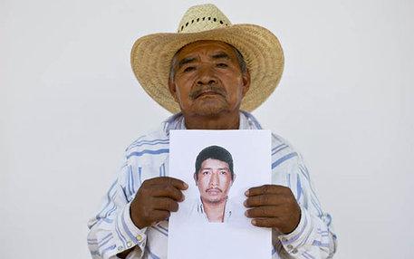 Es bleibt nur ein Foto: Dieser Mann zeigt einen von über 27.000 Menschen in Mexiko, deren Verbleib ungeklärt ist.