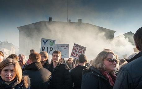 """Wenn in Island Rauch oder Dampf aufsteigt, muss es nicht immer ein Vulkan oder Geysir sein. In diesen Tagen rumort es mitten in der Hauptstadt, deren Name übrigens auf Deutsch """"Rauchbucht"""" bedeutet"""