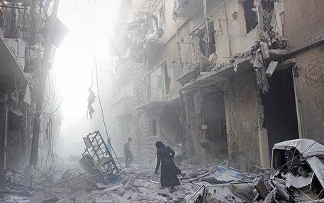 Flüchtlinge aus Kriegs- und Krisengebieten haben oft schreckliche Bilder im Kopf, die sie nicht loslassen. Diese Szenerie zeigt eine Straße im syrischen Aleppo, direkt nach einem Bombardement