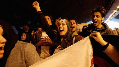 Jugendliche protestieren in Algerien (Foto: Zohra Bensemra/REUTERS)