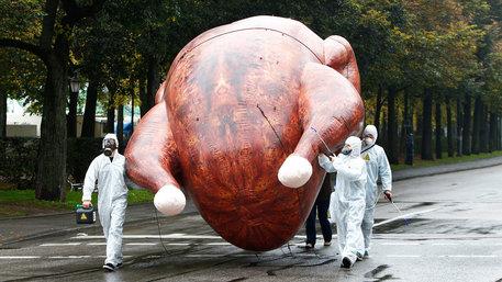 Gegner des Freihandelsabkommen CETA tragen ein gebasteltes Chlorhuhn