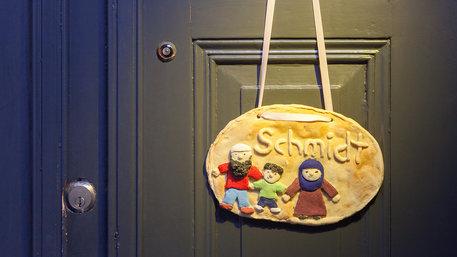 Salzteigtürschlid mit muslimischer Familie und dem Namen Schmidt