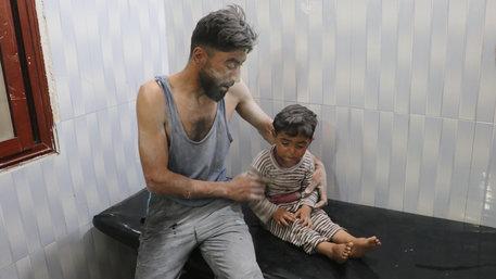Ein Mann mit verletztem Kleinkind nach dem Luftangriff (Foto: Huseyin Fazil/picture alliance / AA)