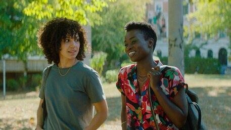 Ivie (Haley Louise Jones) und Naomi (Lorna Ishema) in IVIE WIE IVIE
