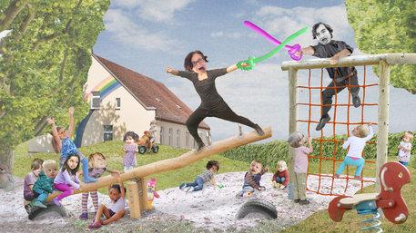 Zwei Personen kämpfen auf einem Spielplatz über die Abschaffung der Kita-Gebühren