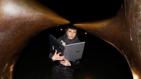 Frau liest in Laptop