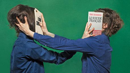 Zwei Französinnen drücken sich Bücher ins Gesicht