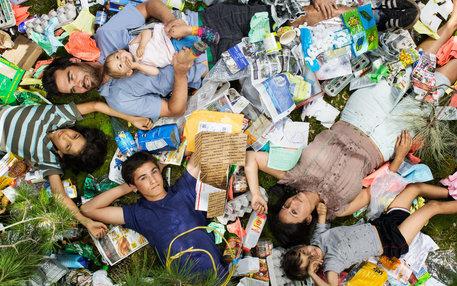 Familie liegt in ihrem Müll von einer Woche; Foto: Gregg Segal