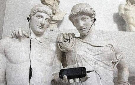Antike Statuen hören Musik vom Smartphone