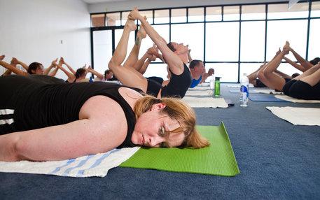 Frauen beim Yoga: Ist Wellness eine Ideologie geworden?