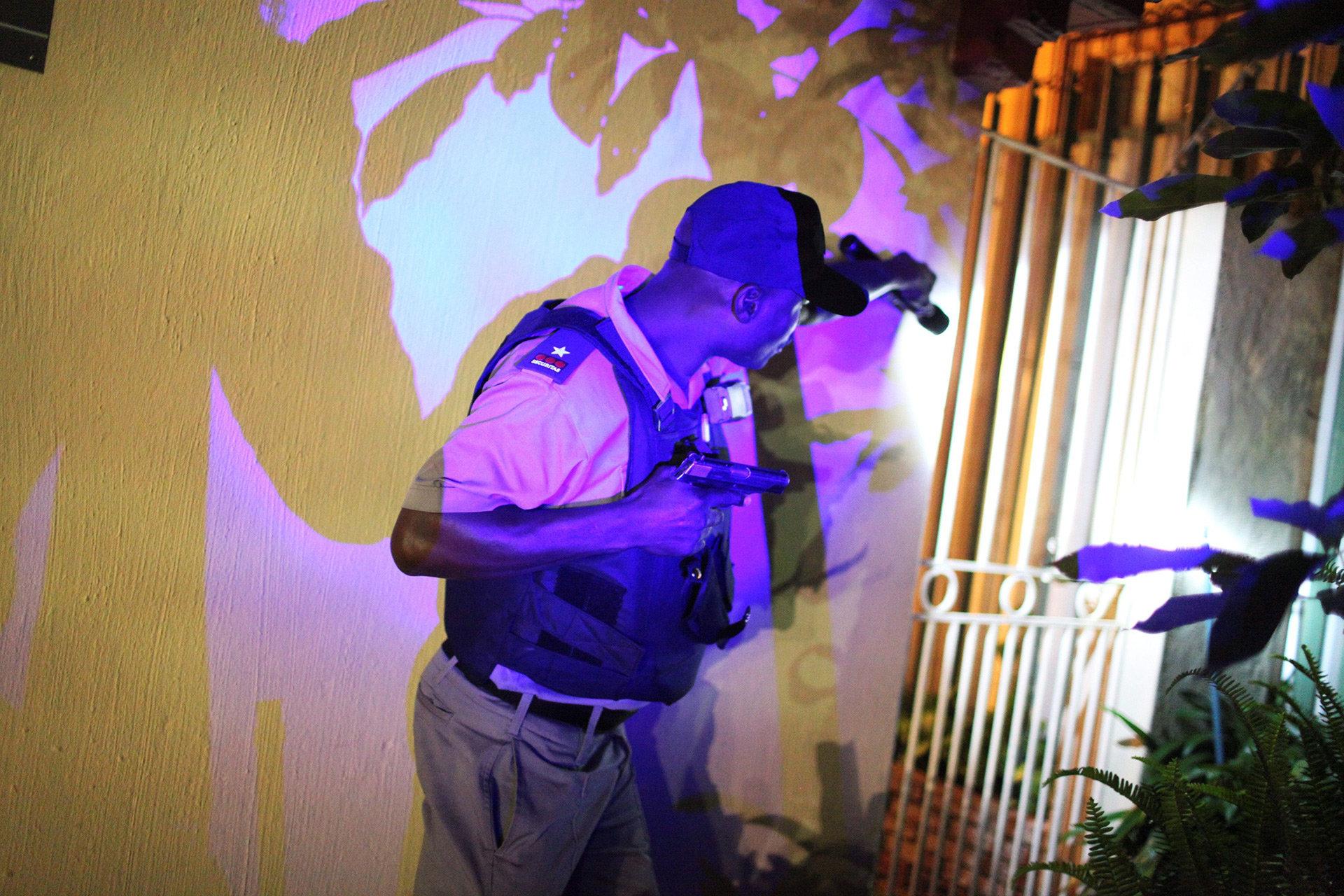 Security-Mann näher sich einem Hauseingang