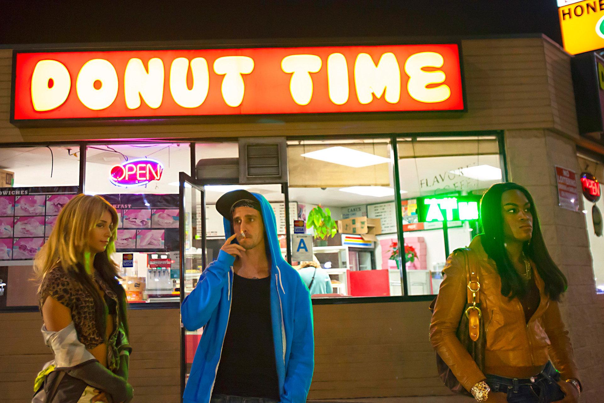 Kitana Kiki Rodriguez und Mya Taylor stehen vor dem Donut Shop
