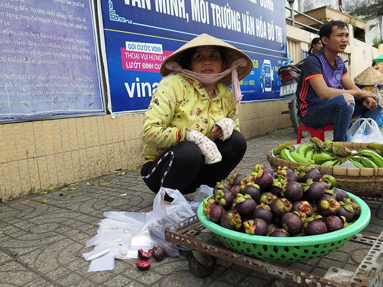 Vietnamesin auf einem Markt im Mekongdelta