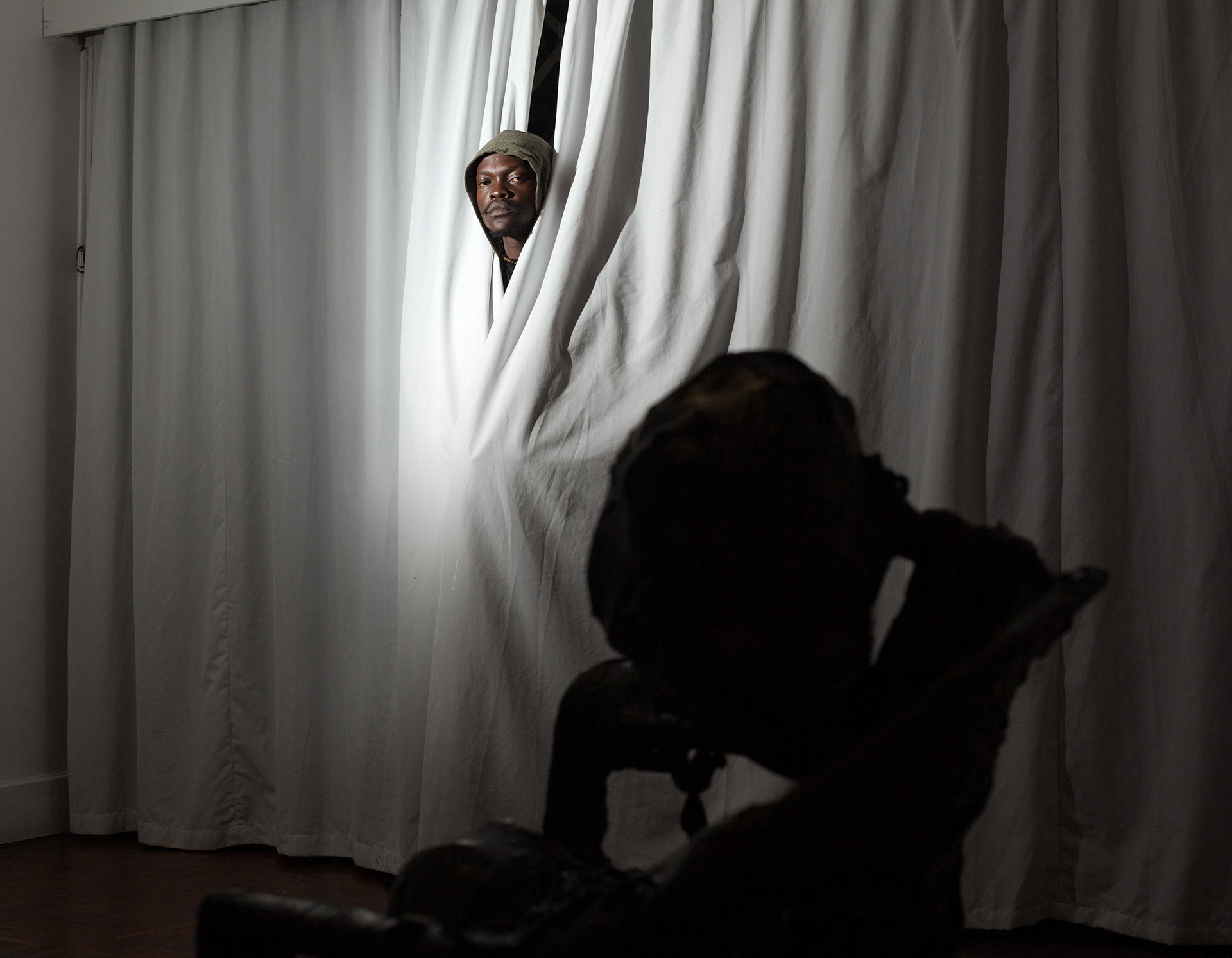 Der bildende Künstler Gor in seinem Ausstellungsraum im Kuona Trust Artcenter, in dem viele Künstler arbeiten und ihre Werke ausstellen.