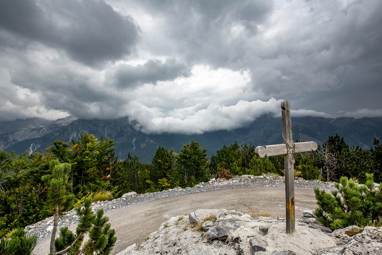 Wer nach Theth will, muss lange durch das Tal rumpeln, über Schlaglöcher und herabgefallene Felsbrocken