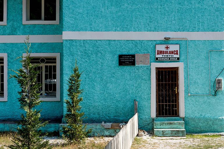Der Tourismus hat das Leben in Theth komfortabler gemacht. Es gibt Minibusse, einen kleinen Laden, eine Müllabfuhr, eine Schule und eine Krankenstation