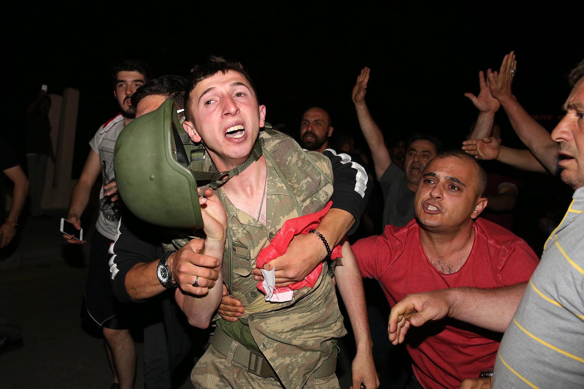 Türkische Männer kämpfen mit Soldaten um Militärputsch zu verhindern  (Foto: picture alliance / abaca)